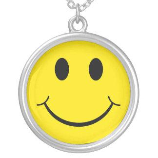 Cara feliz sonriente de los años 70 clásicos collar plateado