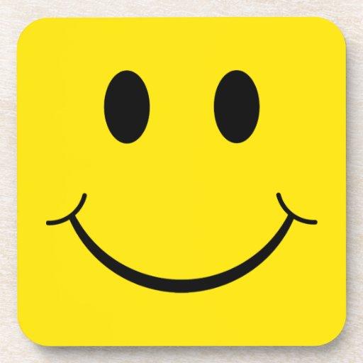 Cara feliz sonriente de los años 70 clásicos posavasos de bebida