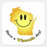 ¡Cara feliz - tenga un día de Wisconsin! Calcomanía Cuadradas Personalizadas