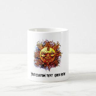 Cara fresca de dios del sol del símbolo del tatuaj taza de café