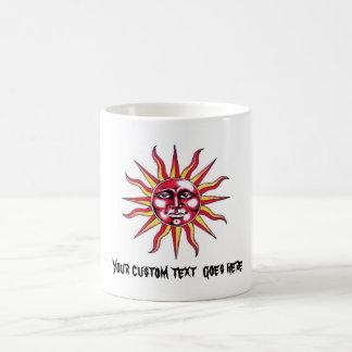 Cara fresca de dios del sol del símbolo del tatuaj tazas de café
