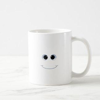 cara googly del smiley de los ojos taza básica blanca