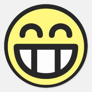 Cara grande amarilla del smiley de la mueca etiqueta redonda