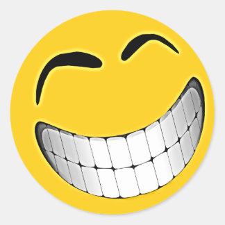 Cara grande amarilla del smiley de la mueca pegatina redonda
