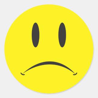 Cara infeliz pegatina redonda