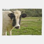 Cara joven de la vaca en el prado toalla