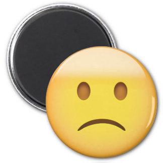 Cara levemente que frunce el ceño Emoji Imán Redondo 5 Cm