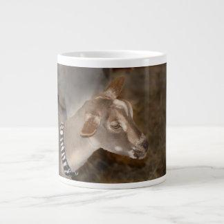 Cara rayada afeitada gama alpina de la cabra del b taza grande