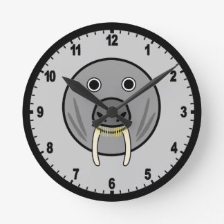 Cara redonda linda de la morsa del dibujo animado reloj redondo mediano