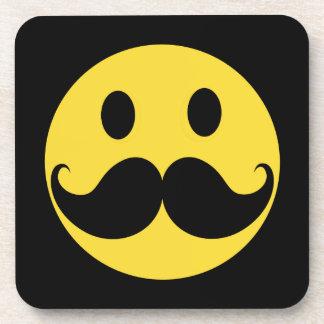 Cara retra del smiley del amarillo del bigote posavaso