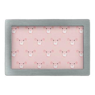 Cara rosada del cerdo que repite el modelo hebillas de cinturón rectangulares