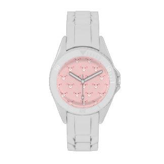 Cara rosada del cerdo que repite el modelo reloj de mano