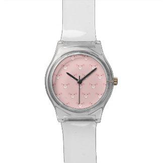 Cara rosada del cerdo que repite el modelo relojes de mano