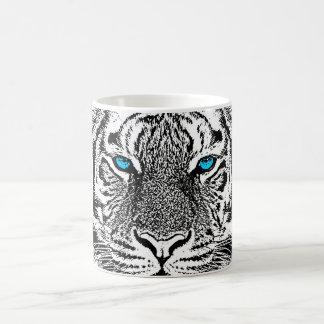 Cara salvaje blanco y negro del tigre de los ojos taza de café