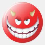 Cara sonriente 2 del diablo etiquetas redondas