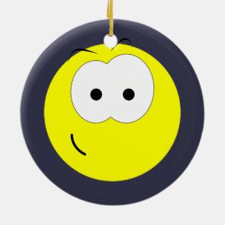 Cara sonriente amarilla adorno navideño redondo de cerámica