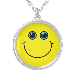 Cara sonriente amarilla collar plateado