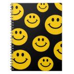Cara sonriente amarilla cuaderno