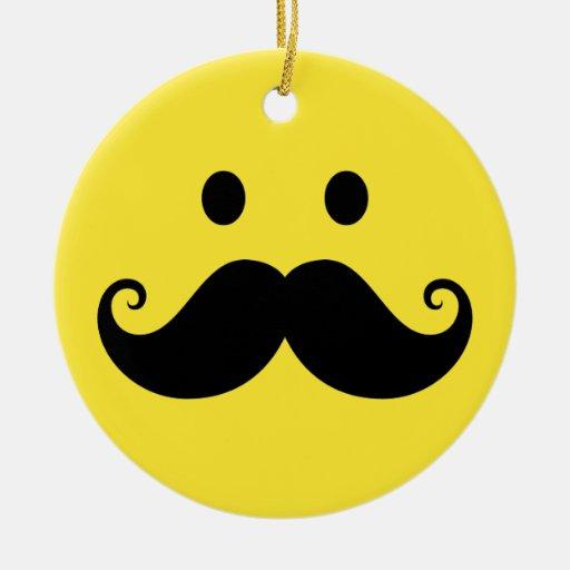 Cara sonriente amarilla de la diversión con el adorno navideño redondo de cerámica