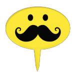 Cara sonriente amarilla de la diversión con el big figuras para tartas