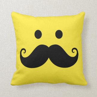 Cara sonriente amarilla de la diversión con el big almohada