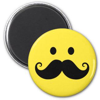 Cara sonriente amarilla de la diversión con el big imán para frigorifico