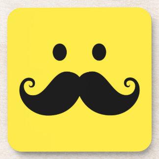 Cara sonriente amarilla de la diversión con el big posavasos