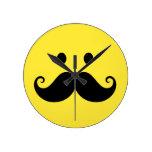 Cara sonriente amarilla de la diversión con el big reloj de pared