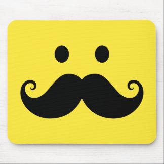 Cara sonriente amarilla de la diversión con el big tapete de raton