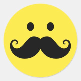 Cara sonriente amarilla de la diversión con el etiqueta redonda