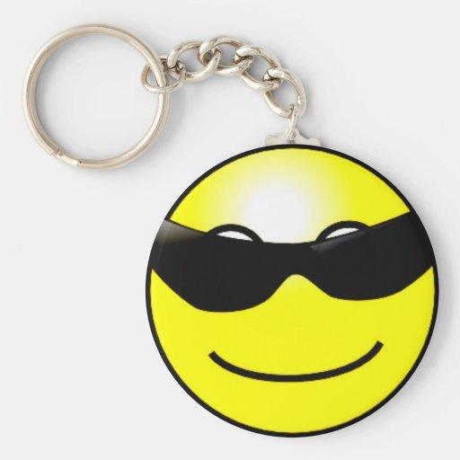 Cara sonriente amarilla de las gafas de sol fresca llavero redondo tipo pin