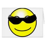 Cara sonriente amarilla de las gafas de sol fresca felicitación