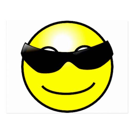 Cara sonriente amarilla de las gafas de sol fresca tarjetas postales