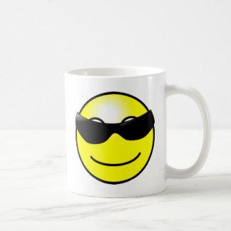 Cara sonriente amarilla de las gafas de sol fresca tazas de café