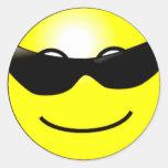 Cara sonriente amarilla de las gafas de sol etiqueta redonda