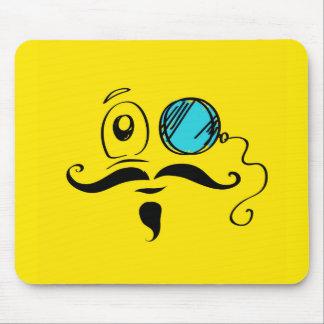Cara sonriente amarilla de lujo con el monóculo y tapetes de ratones