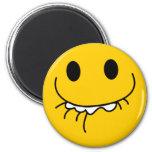 Cara sonriente amarilla de risa suprimida imán de frigorífico