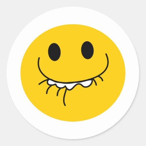 Cara sonriente amarilla de risa suprimida pegatina redonda