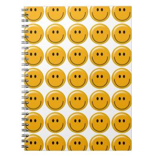 Cara sonriente amarilla feliz libros de apuntes