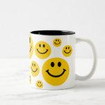 Cara sonriente amarilla taza de café de dos colores