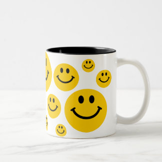 Cara sonriente amarilla taza de dos tonos