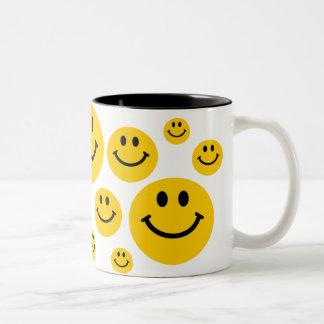 Cara sonriente amarilla taza dos tonos