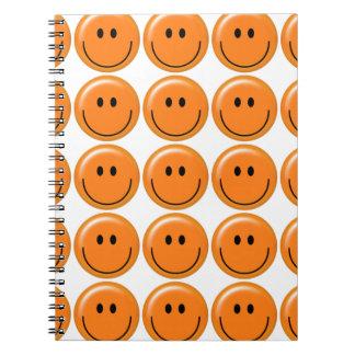 Cara sonriente anaranjada feliz cuadernos