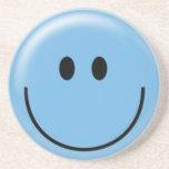 Cara sonriente azul feliz posavasos cerveza