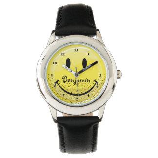 Cara sonriente barbuda del acerino polvoriento reloj de mano