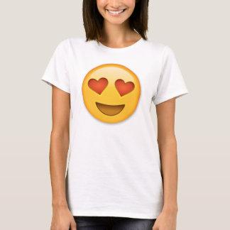 Cara sonriente con emoji en forma de corazón de playera