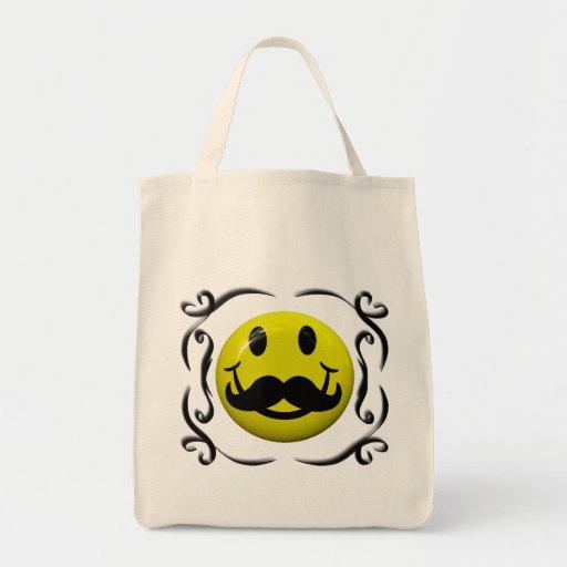 Cara sonriente con la bolsa de asas divertida del