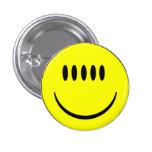 Cara sonriente con la insignia divertida del botón