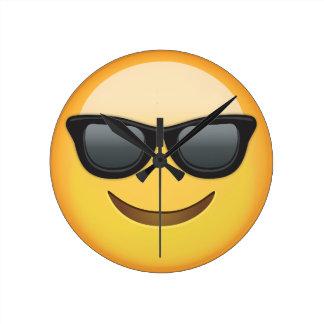 Cara sonriente con las gafas de sol Emoji Reloj Redondo Mediano
