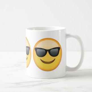 Cara sonriente con las gafas de sol Emoji Taza Básica Blanca